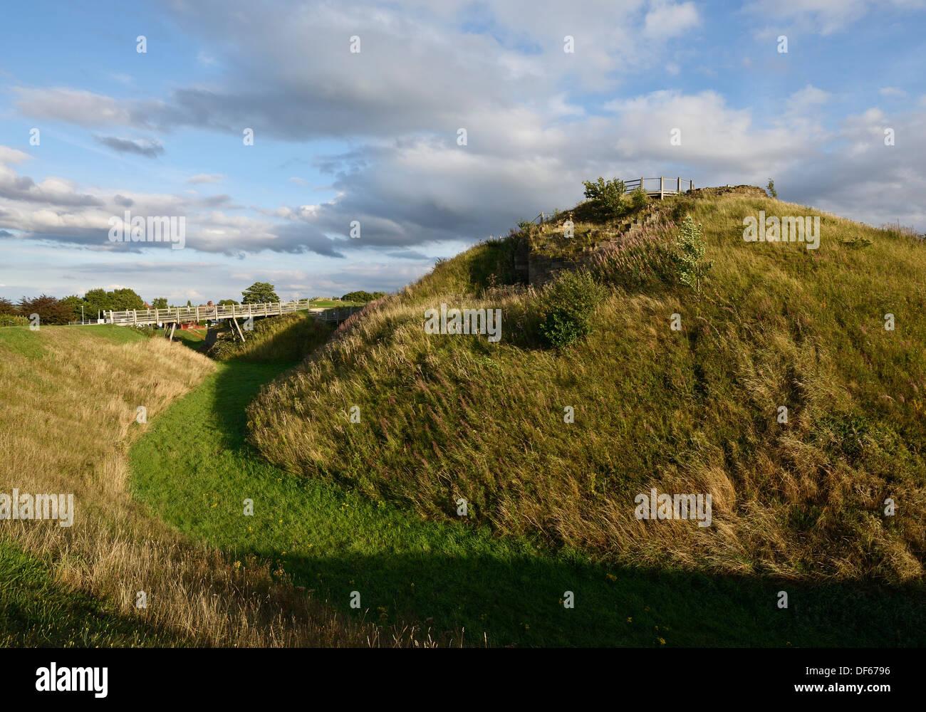 El foso y el diseño del castillo de Sandal Wakefield UK Foto de stock