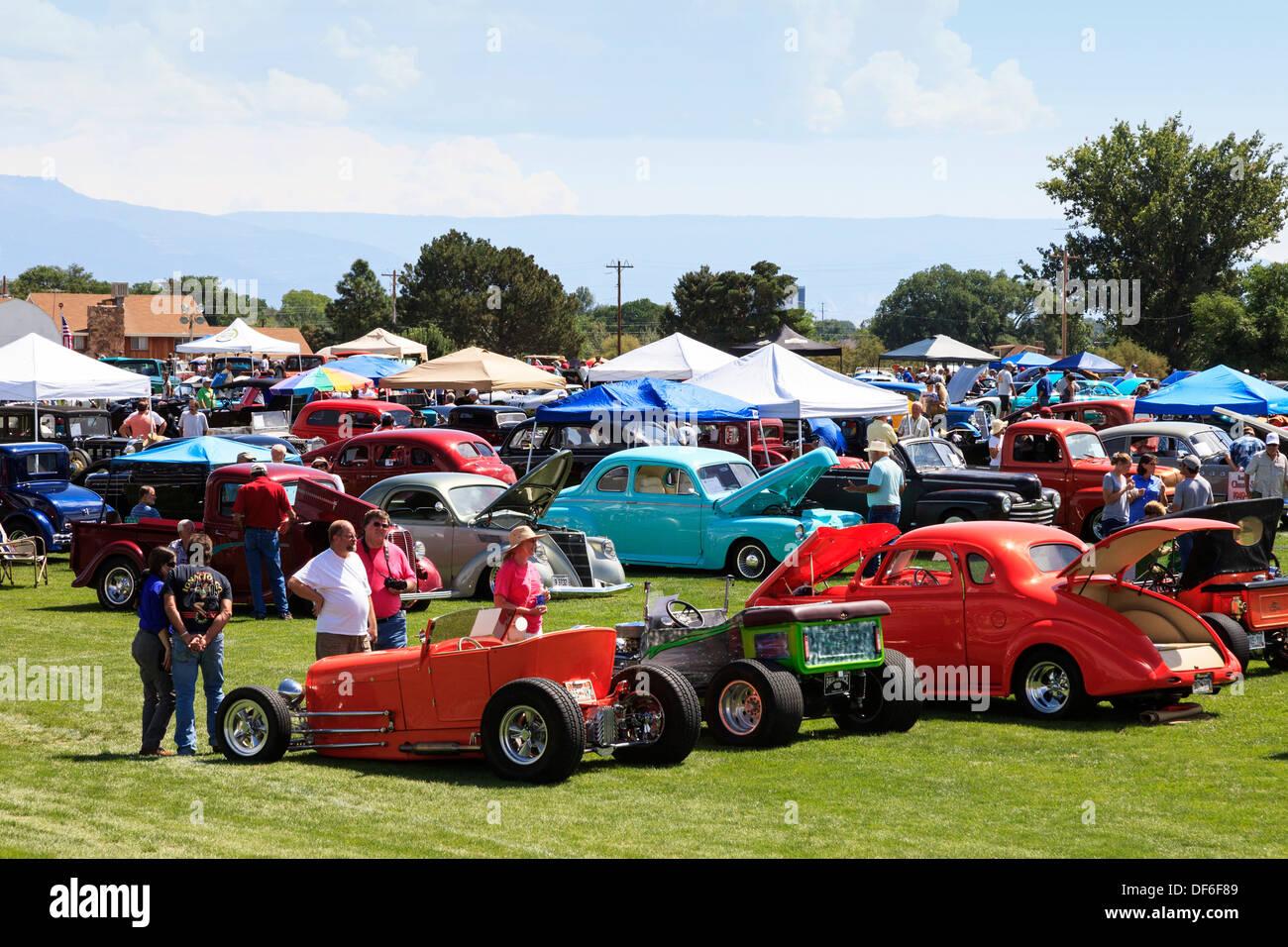 Los espectadores en un coche clásico show cerca de Grand Junction, Colorado mirando personalizados y coleccionable de automóviles. Ee.Uu. Imagen De Stock