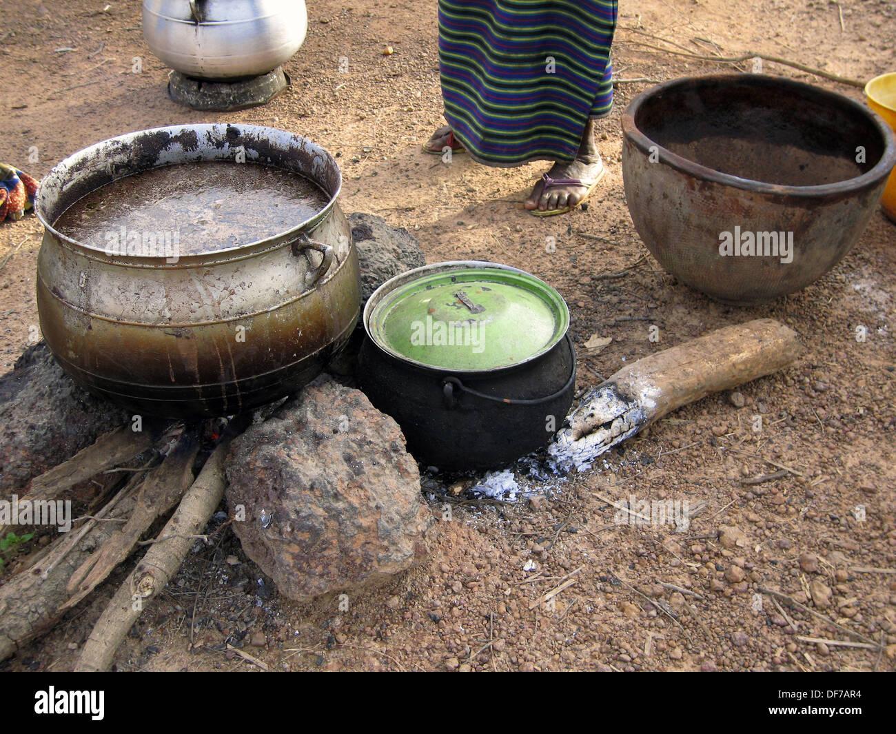 Utensilios de cocina en aldea Senufo. Región de Sikasso, Malí Foto de stock