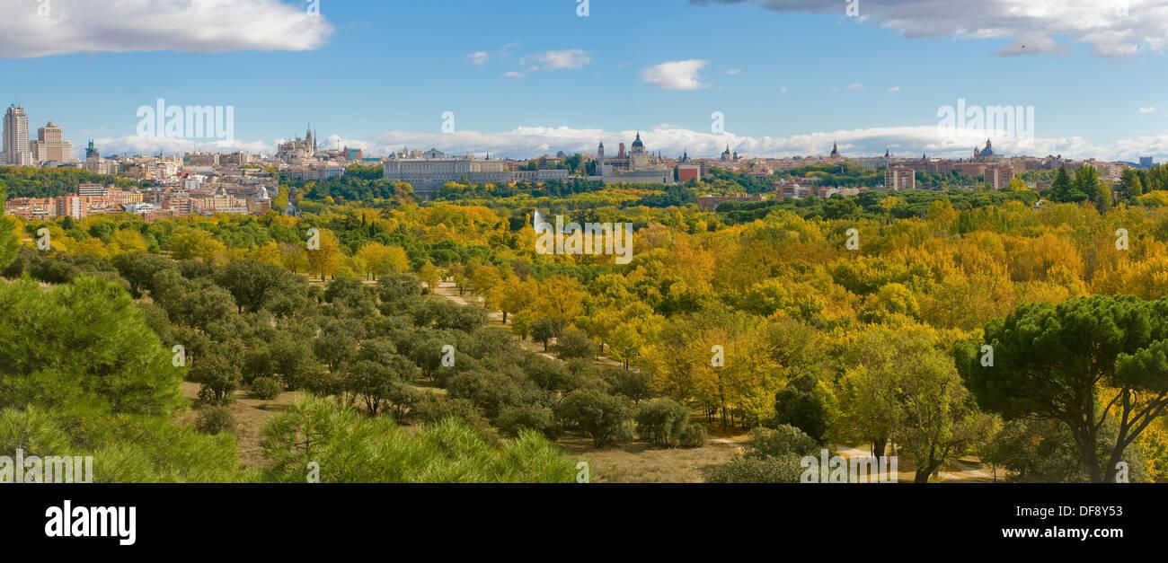 Otoño en el Parque Casa de Campo, con la línea del horizonte de Madrid a fondo. Madrid, España Imagen De Stock