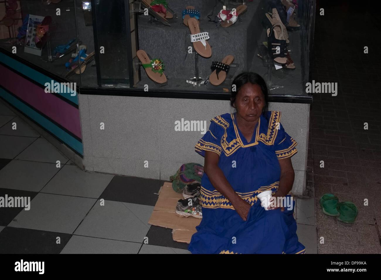 Homeless Ngäbe-Buglé mujer Imagen De Stock