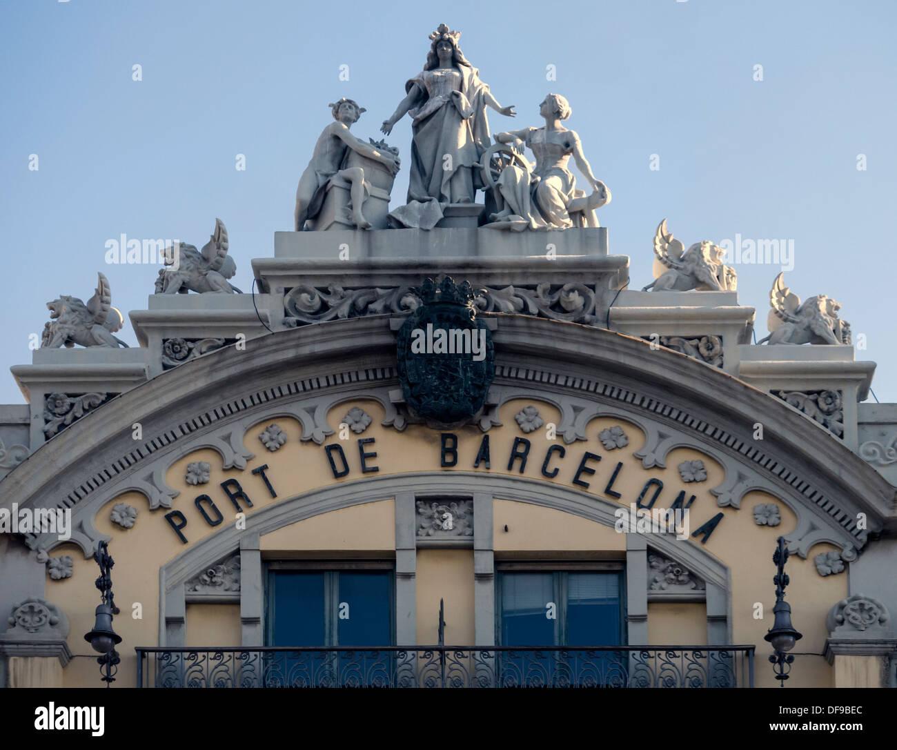 Detalle de la fachada del antiguo edificio de la autoridad portuaria en el Port Vell, Barcelona Foto de stock