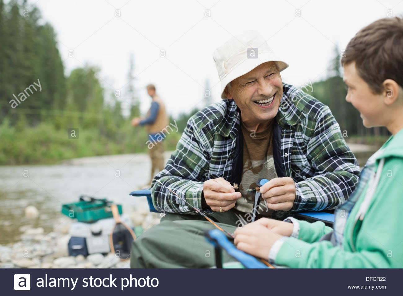 Abuelo y nieto preparándose para hacer algunas artes de pesca Imagen De Stock