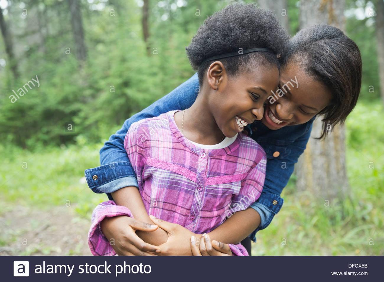 Alegre hermanas abrazando al aire libre Imagen De Stock