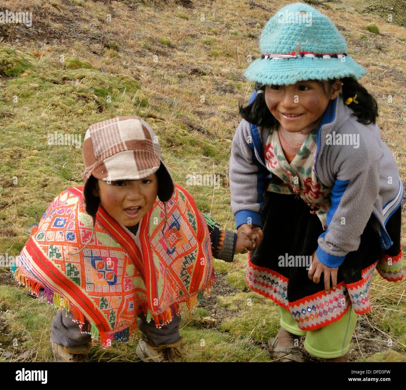Dos niños de la comunidad de Lares vestido de poncho y vestidos  tradicionales en los Andes 2d65c84c3f2