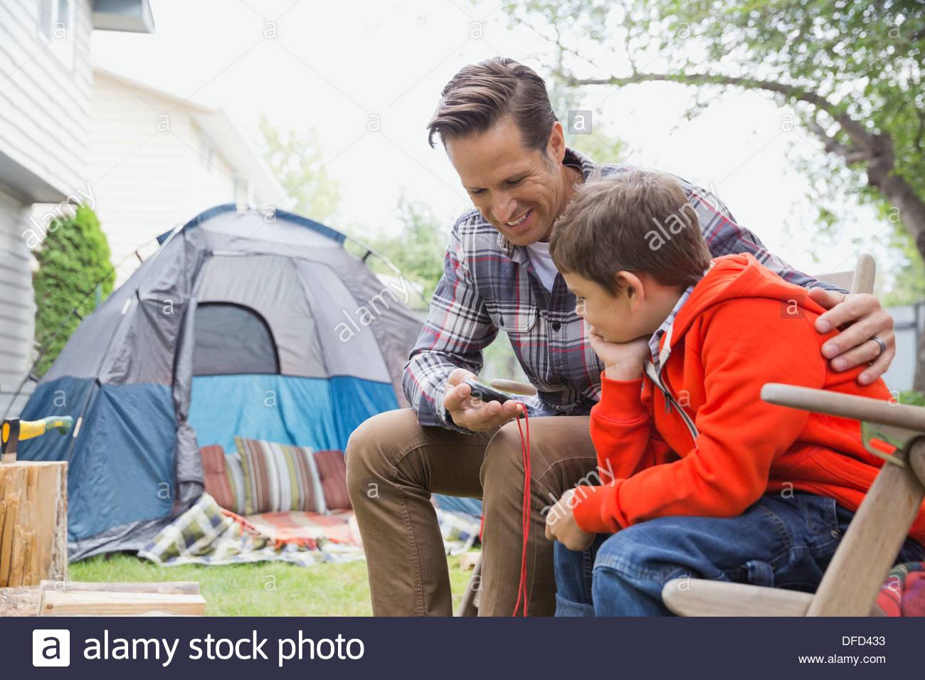 Padre hijo de enseñanza cómo leer una brújula Imagen De Stock