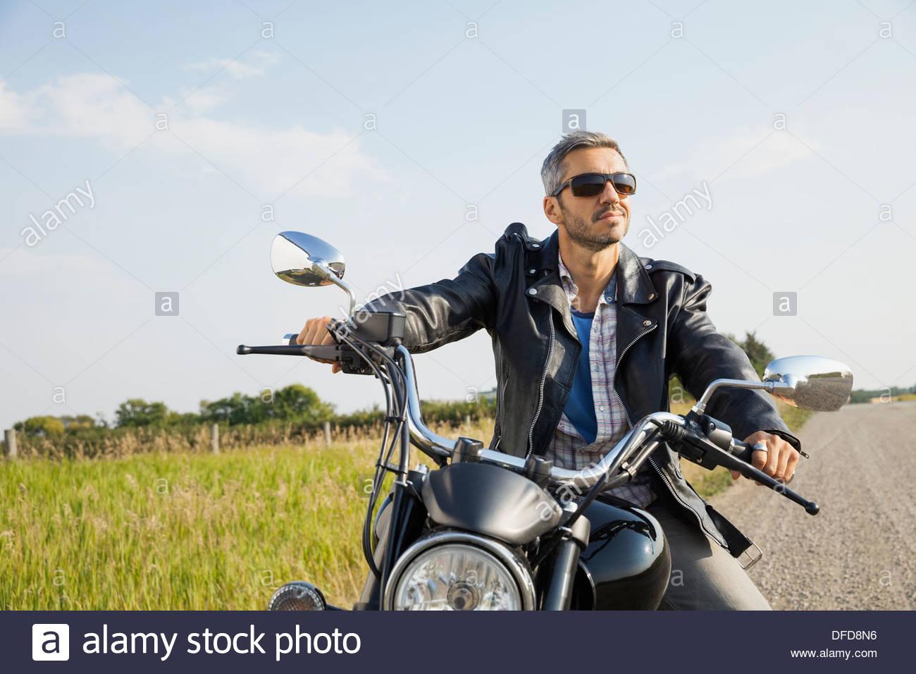 Biker masculinos tomando un descanso en el país durante el viaje por carretera Imagen De Stock