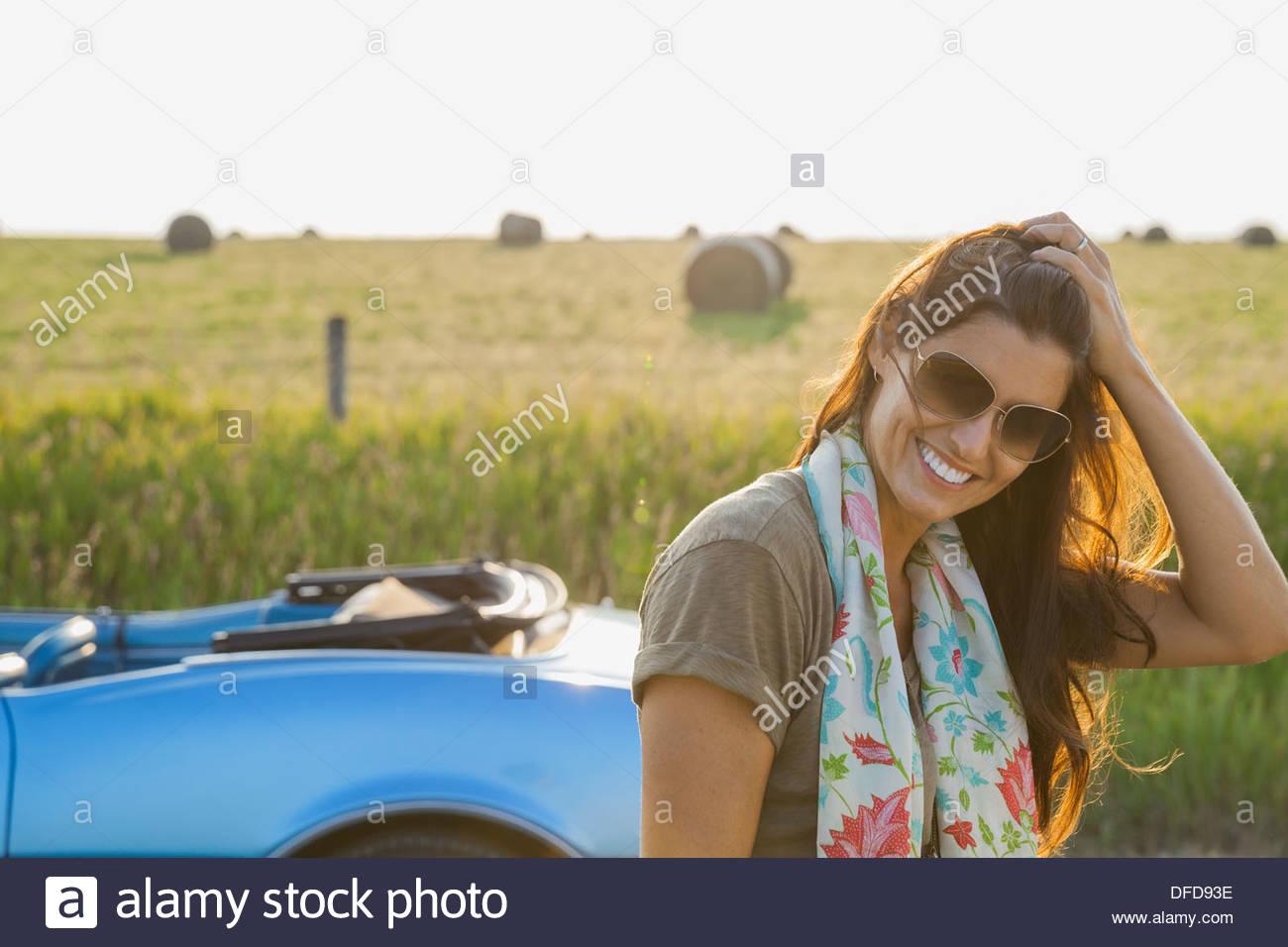 Retrato de mujer hermosa girando los dedos por el cabello Foto de stock