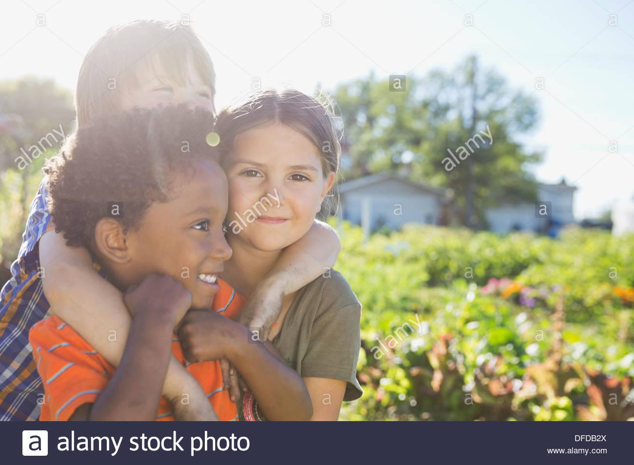 Retrato de linda chica con amigos en el jardín de comunidad Imagen De Stock