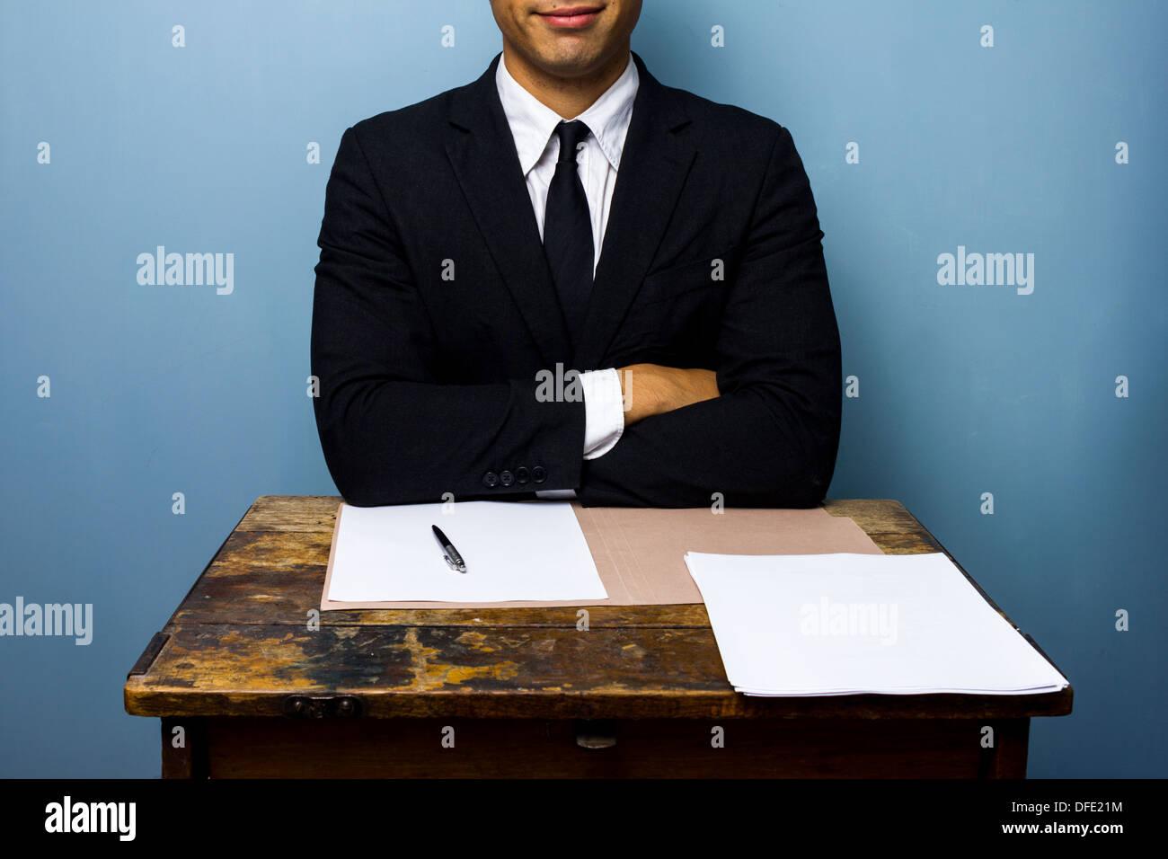Sonriente joven empresario acaba de firmar contrato importante Imagen De Stock