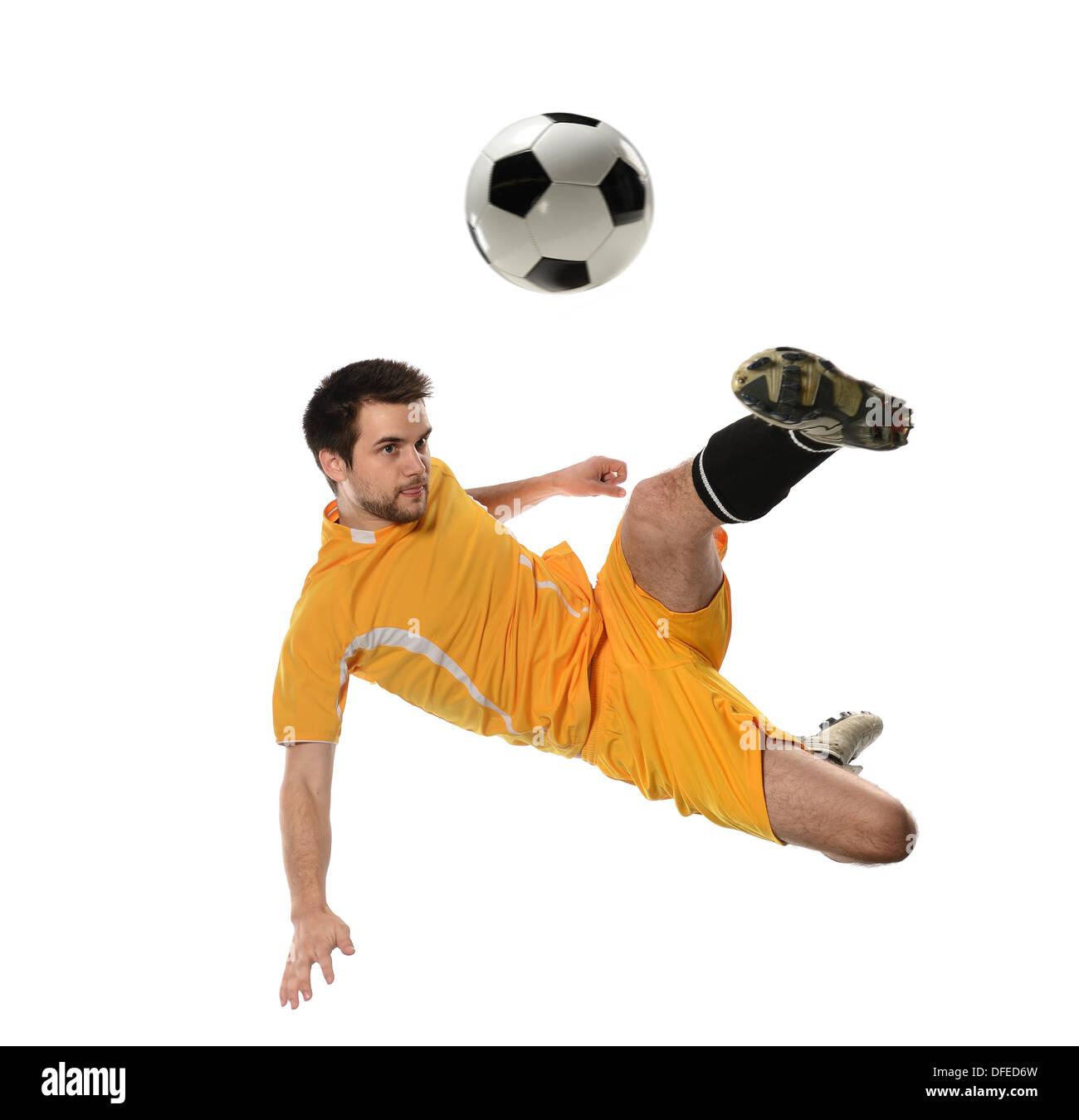 Jugador de fútbol en acción aislada sobre fondo blanco. Foto de stock