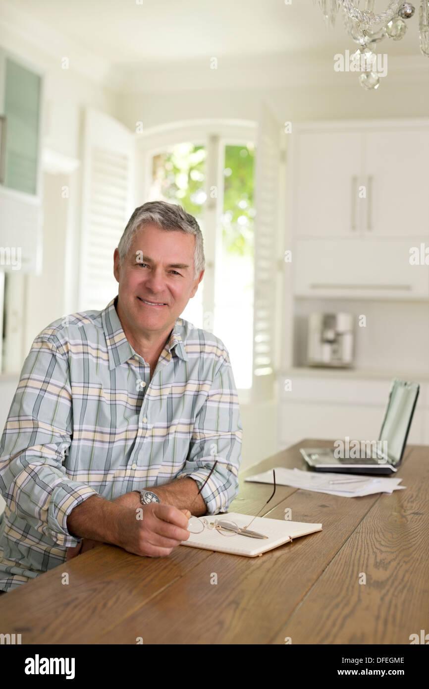 Retrato del hombre senior en la mesa de la cocina Imagen De Stock