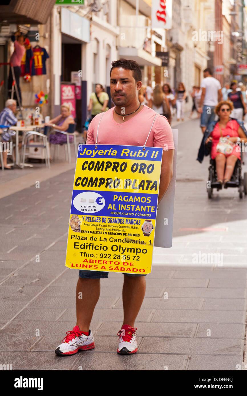 d6a322225d24 Hombre con placa sandwich publicidad peón tienda con ofertas para comprar  oro