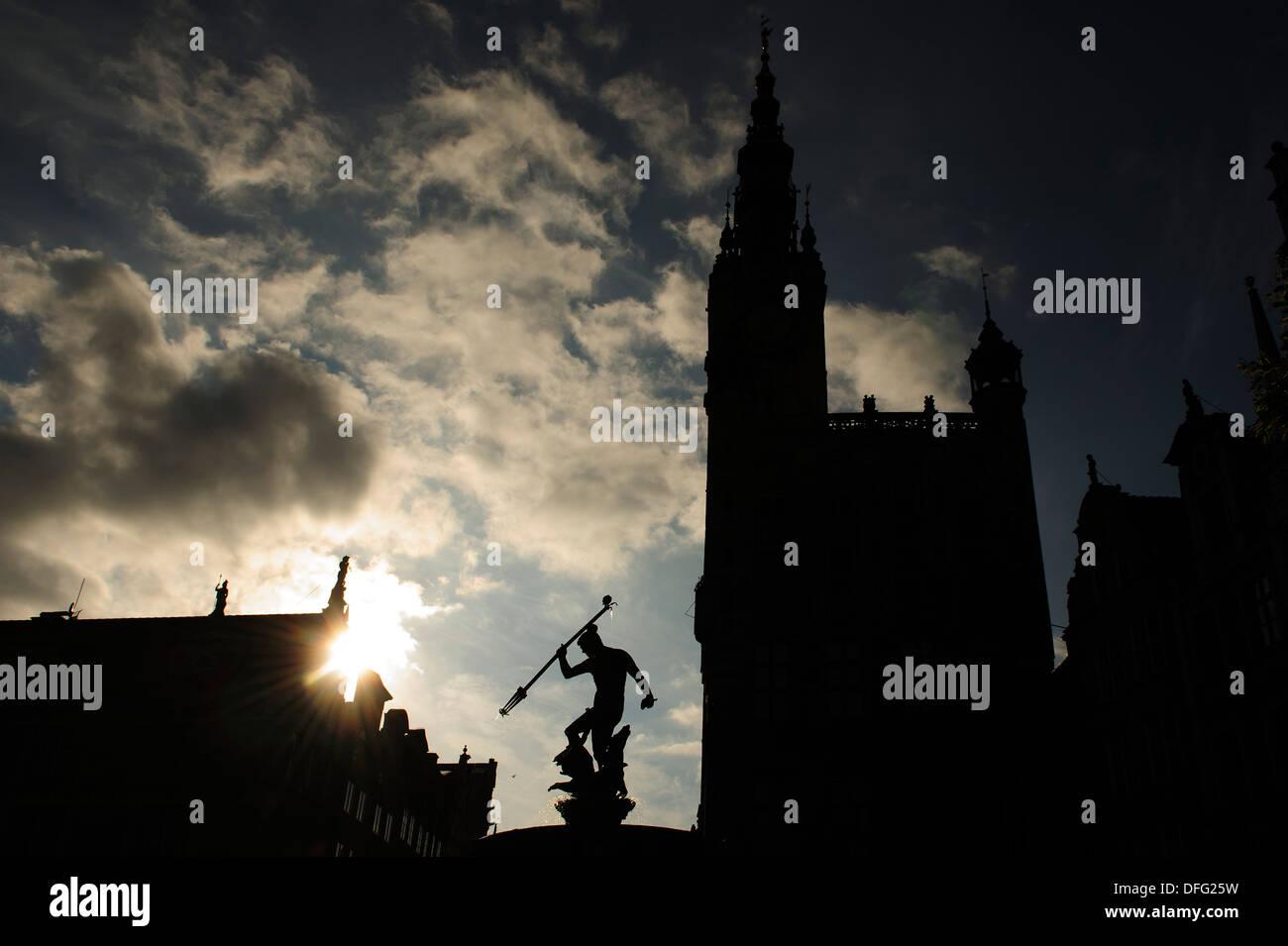 Silueta de la fuente de Neptuno, en el centro de la ciudad de Gdansk, Polonia. Foto de stock