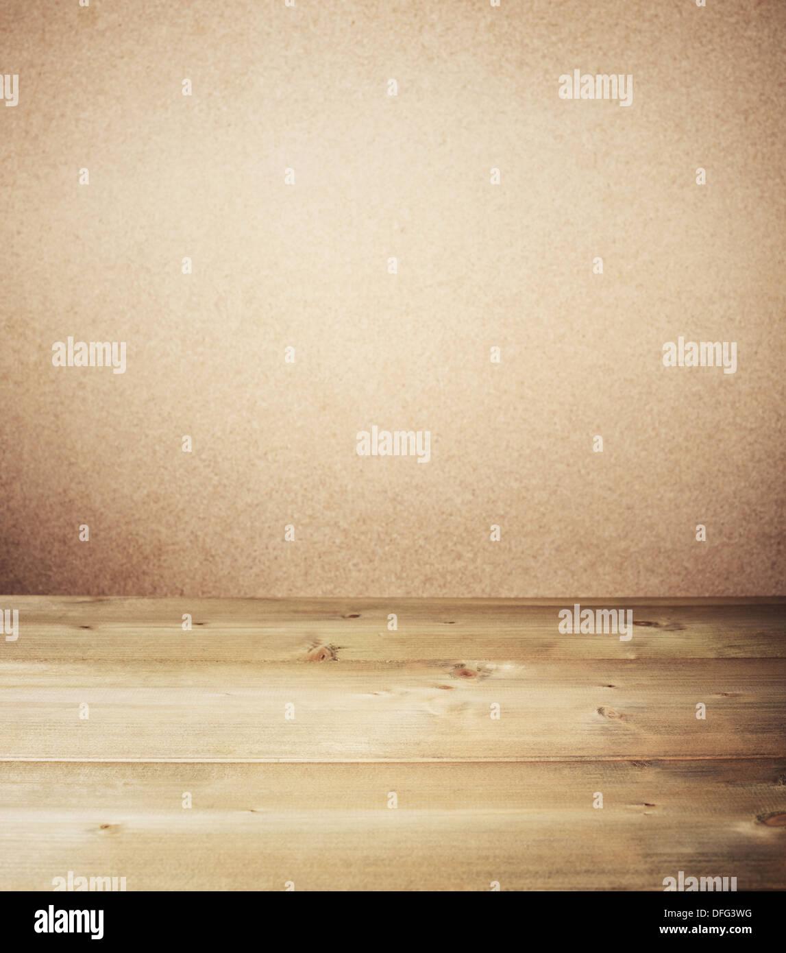 Mesa de madera en frente de la pared. Imagen De Stock