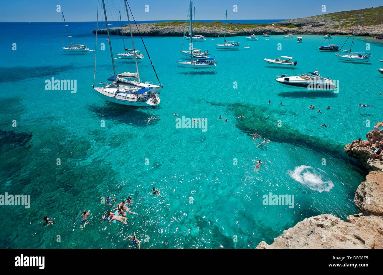 Veleros anclados en Cala Varques. La isla de Mallorca. España Imagen De Stock