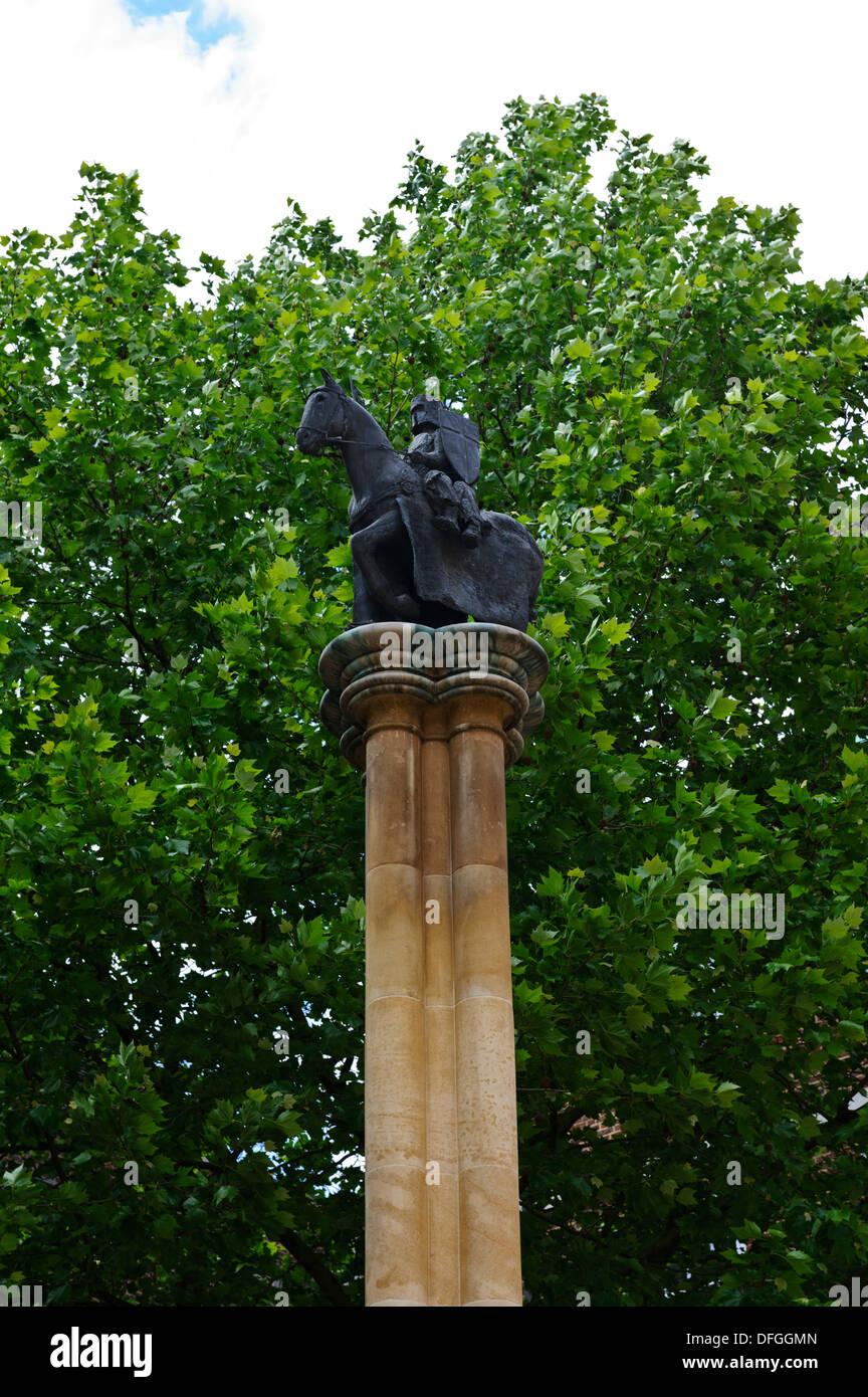 Dos caballeros a caballo estatuas sobre una columna fuera de la iglesia del Temple, Londres, Inglaterra, Reino Unido. Imagen De Stock
