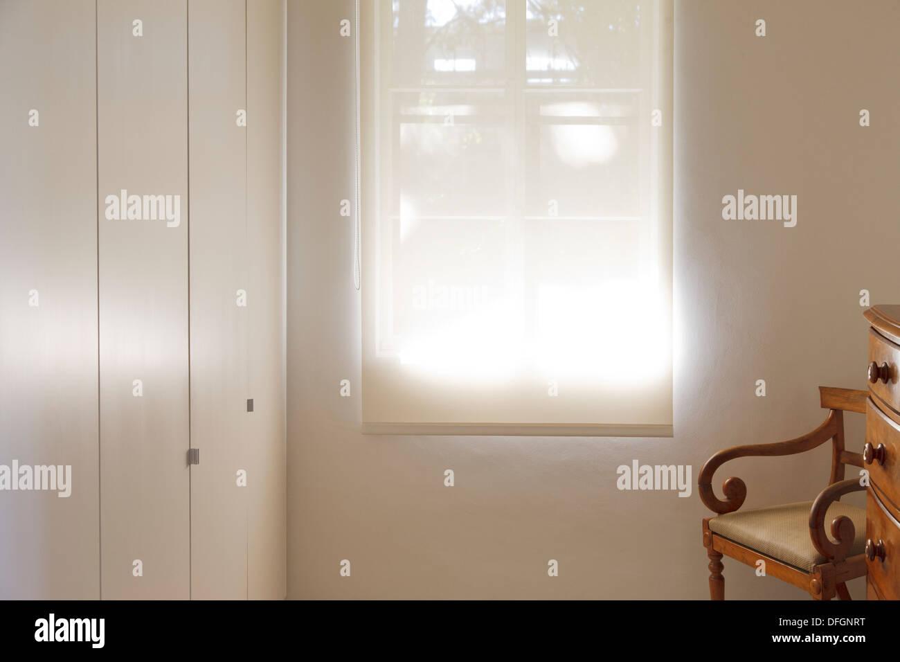 Sombra hacia abajo a través de la ventana Imagen De Stock