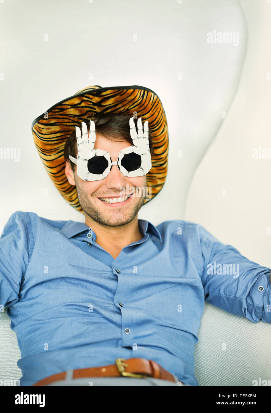 Hombre sonriendo portando gafas tonto Imagen De Stock