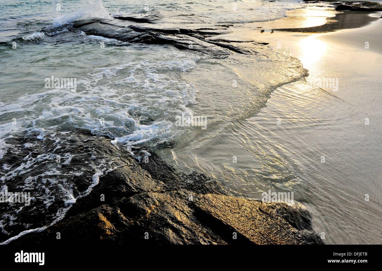 Las islas y playas de Tailandia - Las olas en la playa (playa de Koh Samet,Tailandia) Imagen De Stock