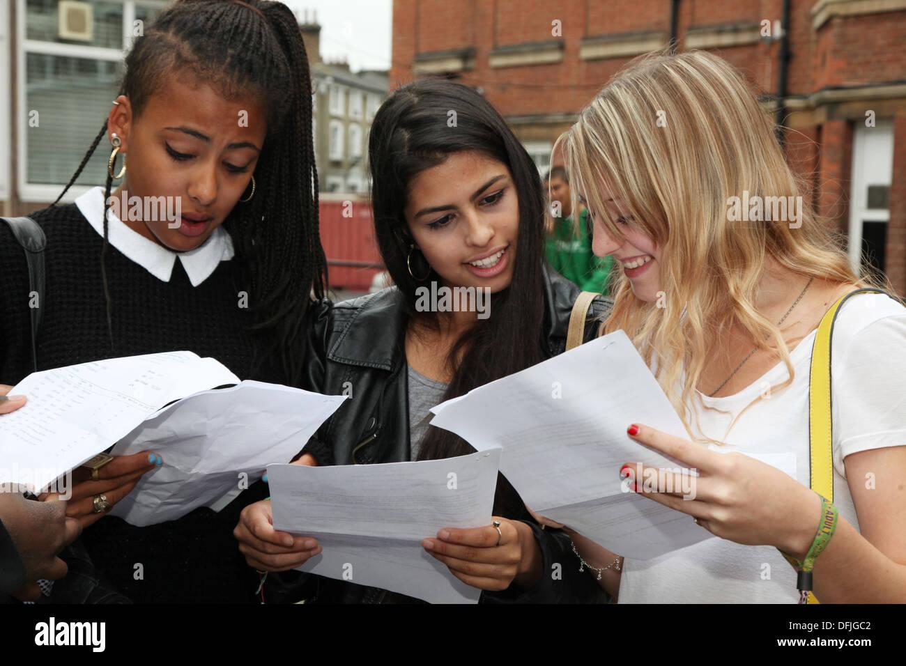 Las niñas con los resultados de sus exámenes, un nivel de cualificación se sitúa entre GCSE y A nivel de toma a menudo a la edad de 17 años. Imagen De Stock