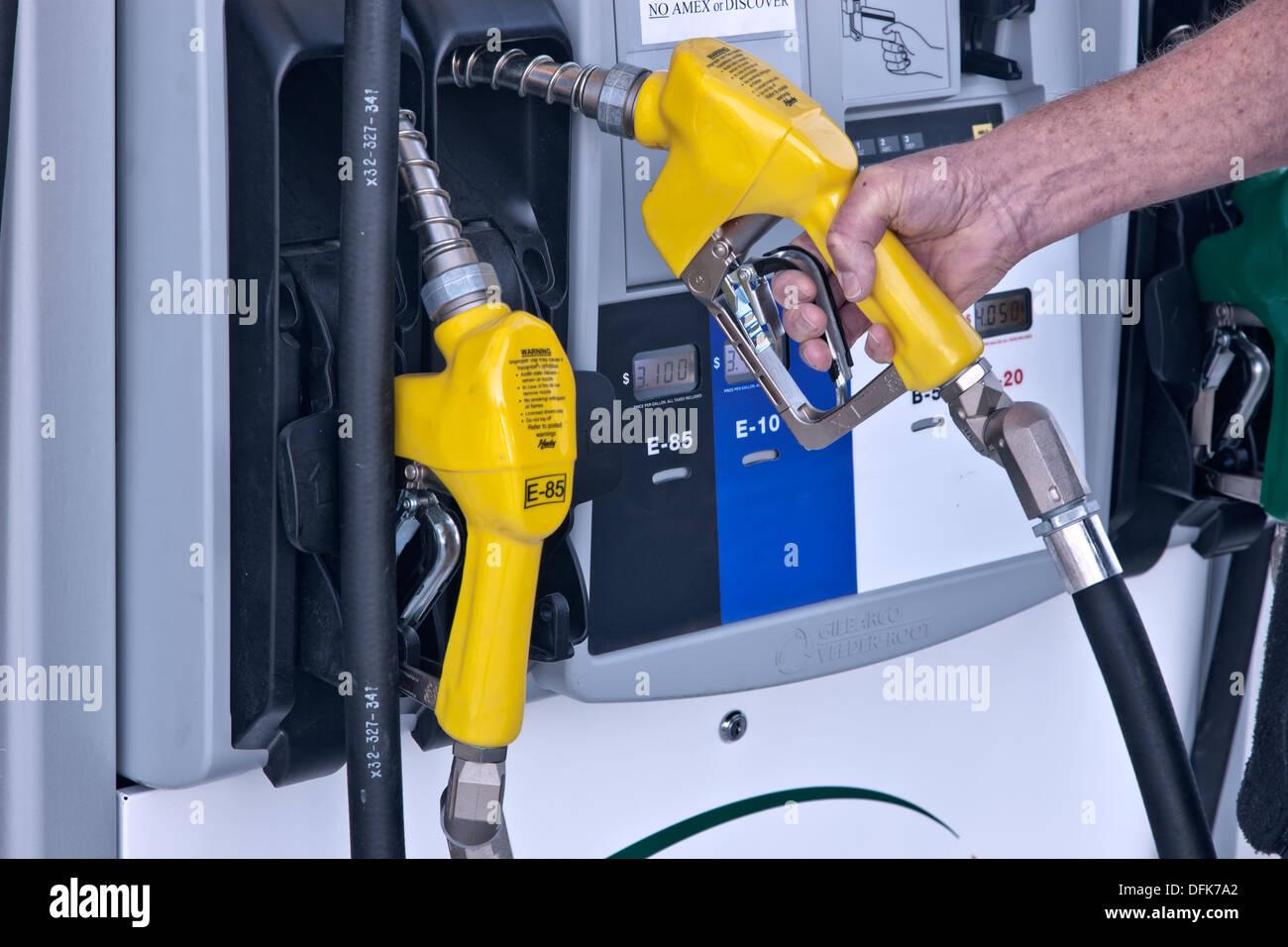 Bomba de mano de biocombustible, retirar la boquilla, estación de servicio. Foto de stock