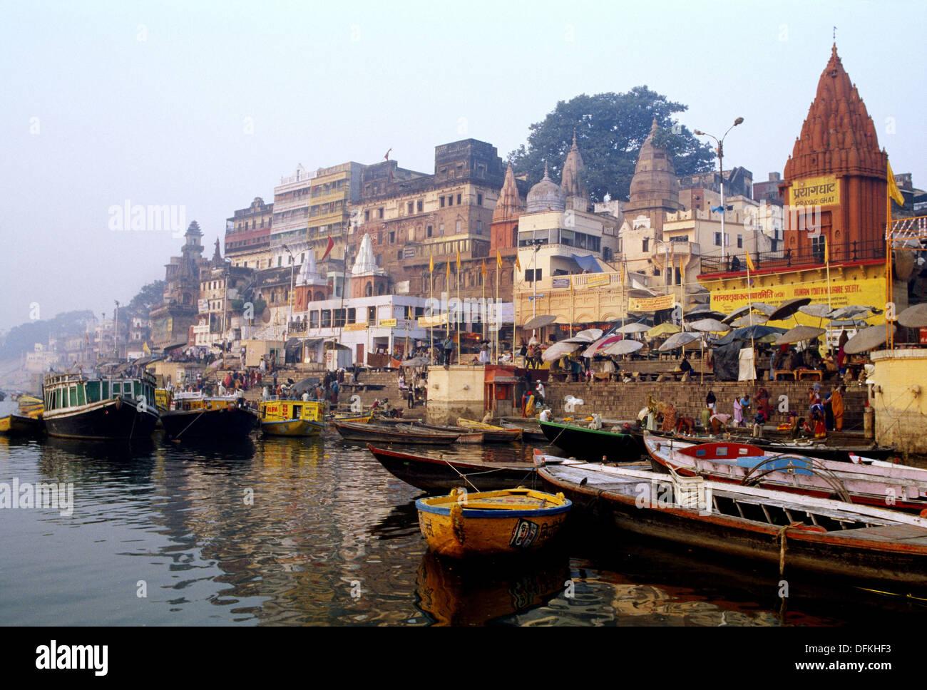 Dasaswamedha Ghat y el río Ganges, Varanasi. En Uttar Pradesh, India Imagen De Stock