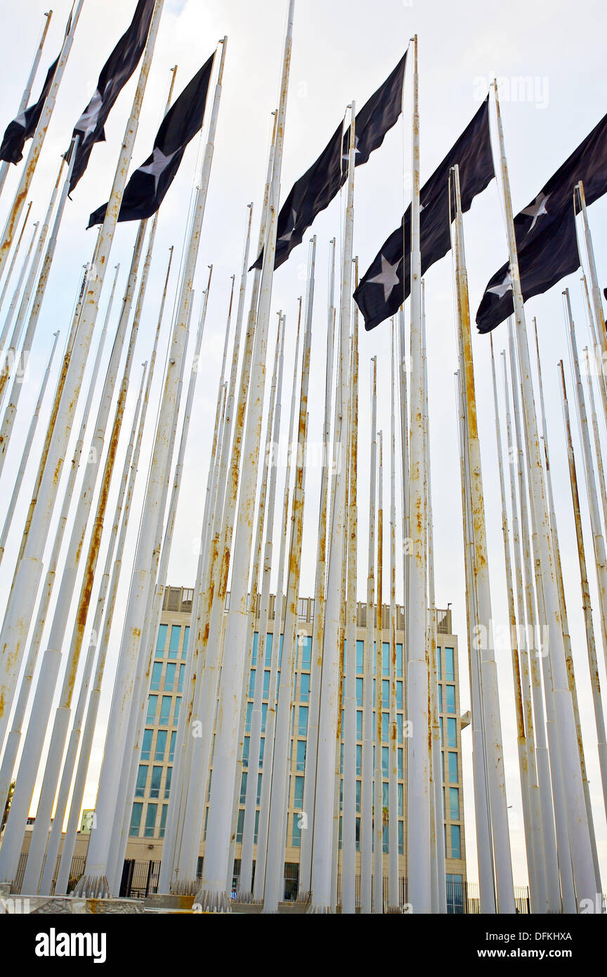 38 enormes banderas negras teniendo una estrella blanca en la parte delantera de la misión diplomática de los Estados Unidos en La Habana al duelo por las víctimas de la 1961 Imagen De Stock