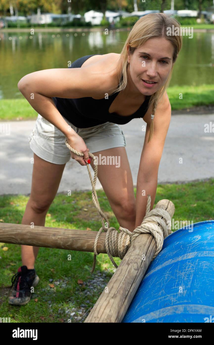 Retrato de una joven mujer atando una cuerda en una balsa inflable ... 133008165d9