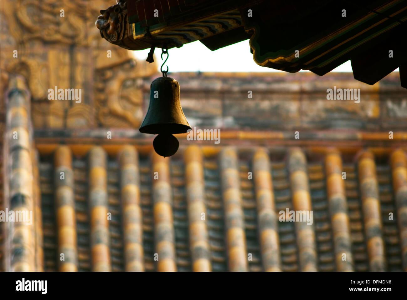 Pequeña campana en el borde de un techo de pagoda, el templo Lama, Beijing, China Foto de stock