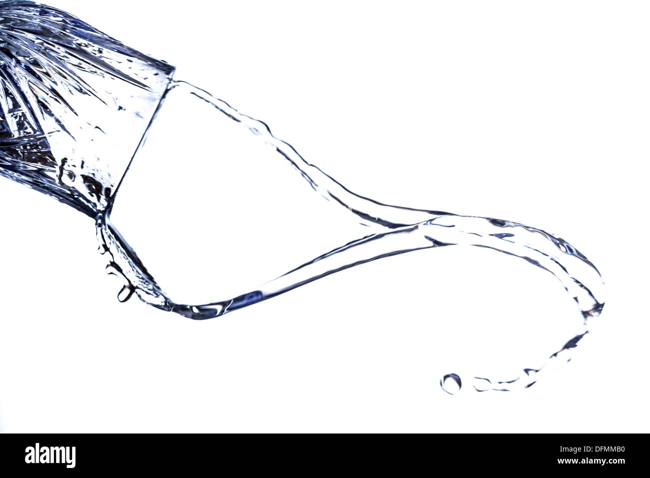 Una hermosa forma creada por el movimiento fluido de las salpicaduras de agua, ya que es expulsado de un vaso Imagen De Stock