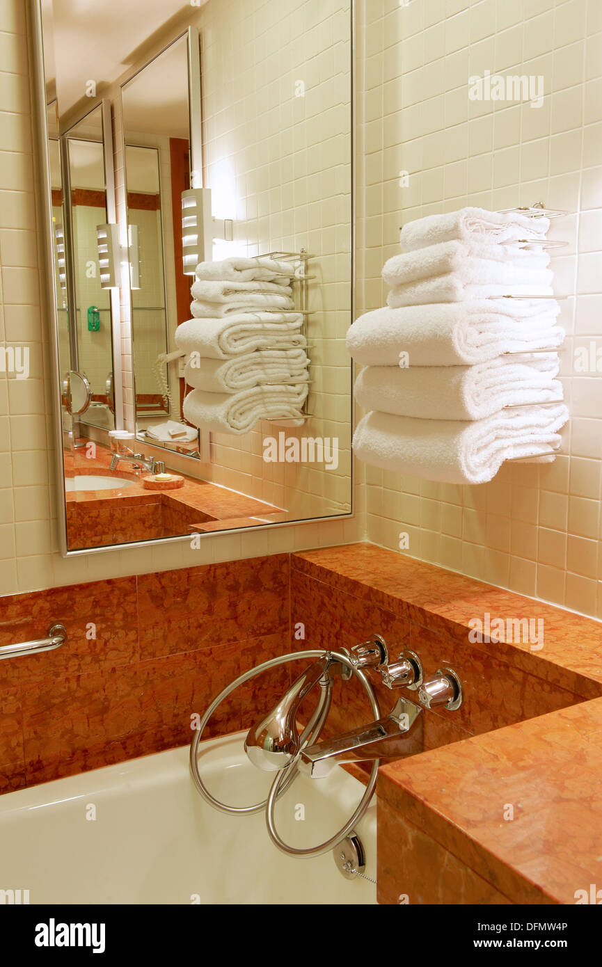 Una esquina con un cuarto de baño completo rach de toallas ...
