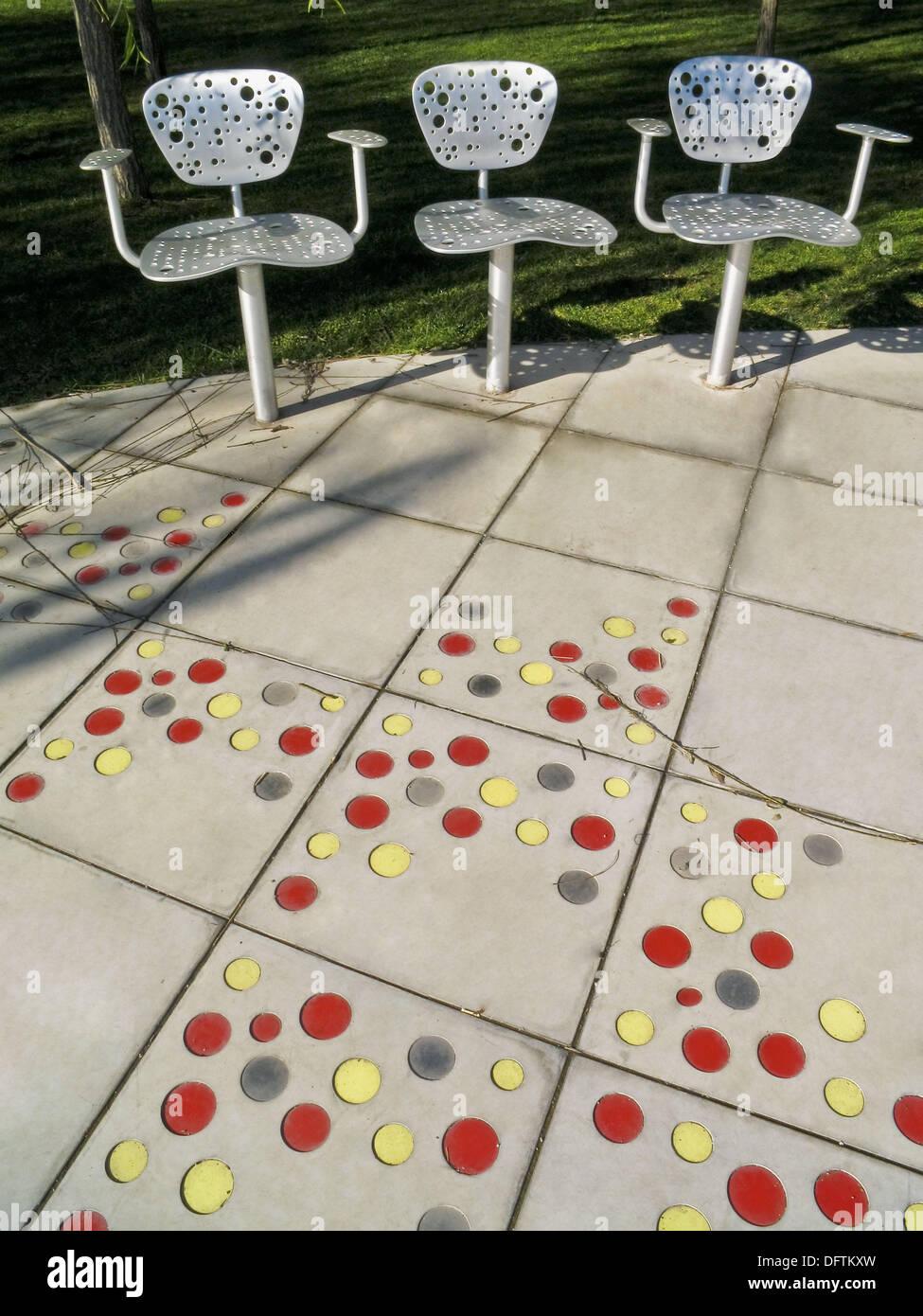 Riddle silla y azulejos por Jean Nouvel Parc Central del Poblenou diseñado por Jean Nouvel Barcelona Cataluña España Foto de stock