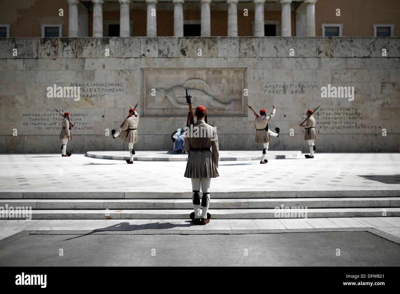 Evzones realizan la ceremonia del cambio de guardia en la Tumba del Soldado Desconocido en la Plaza Syntagma, en Foto de stock