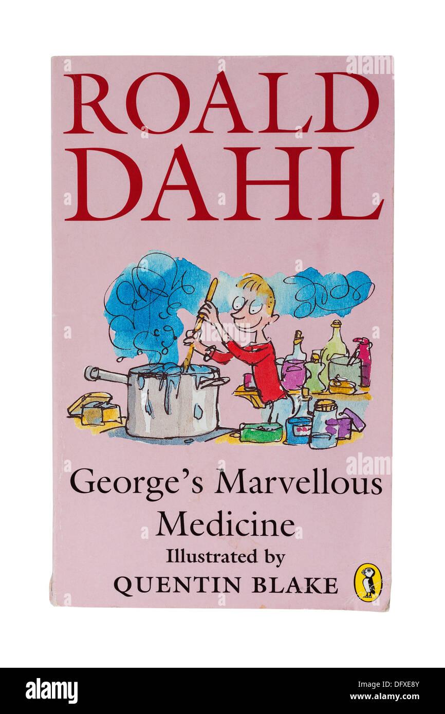 Un libro infantil Roald Dahl llamado George's maravilloso medicamento sobre un fondo blanco. Imagen De Stock