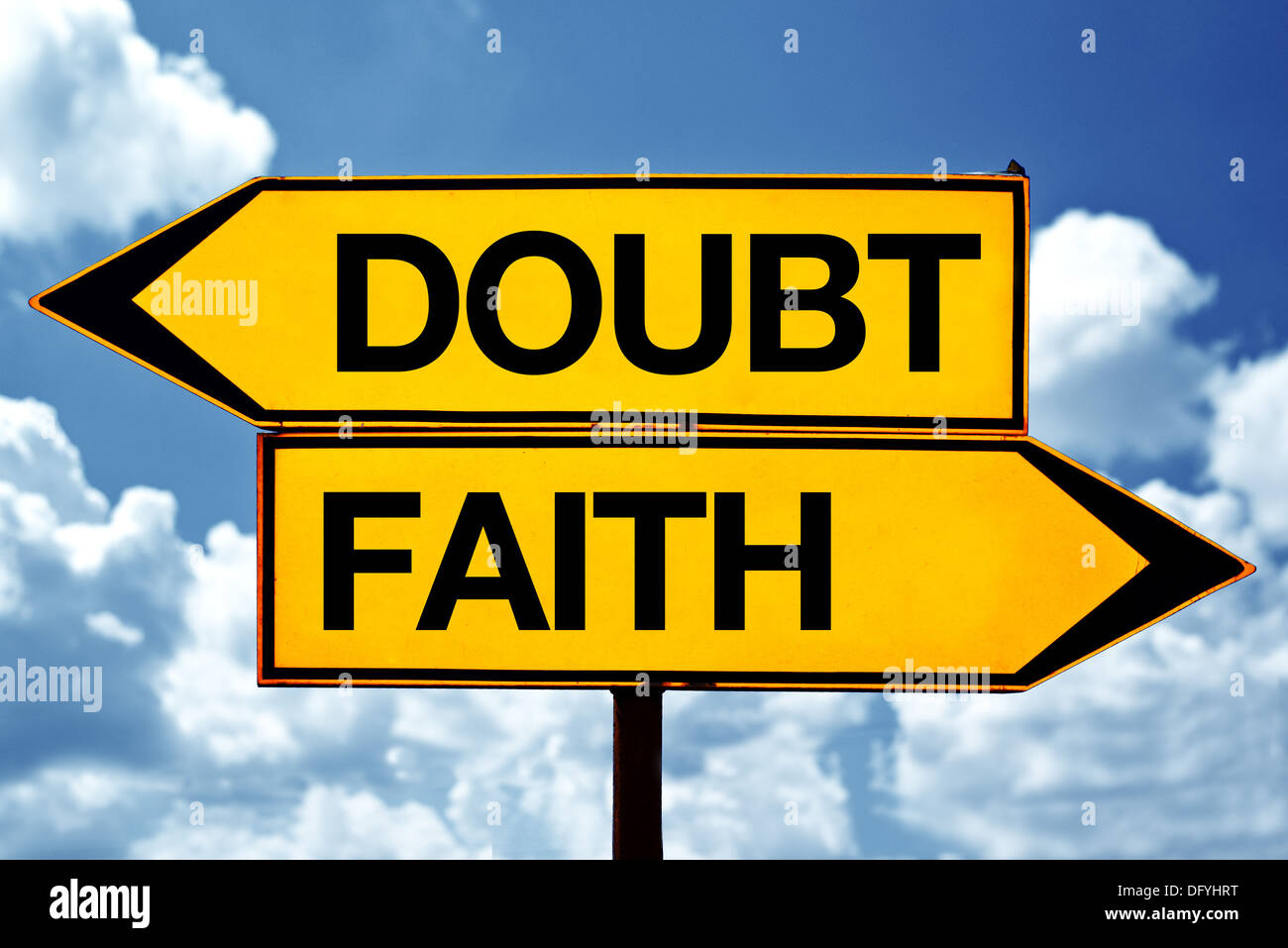 La duda o la fe, de signos opuestos. Dos signos opuestos en blanco contra el cielo azul de fondo. Imagen De Stock