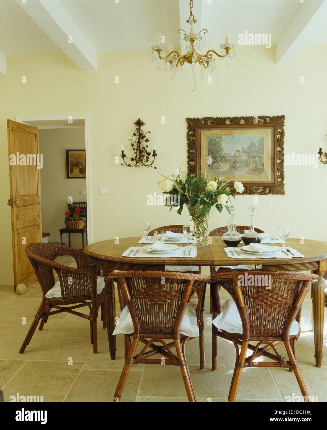Sillas de mimbre y mesa antigua oval en francés país comedor con ...