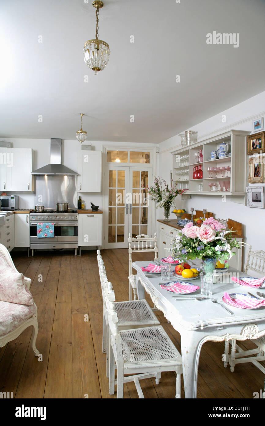 Muebles de madera pintadas en blanco, cocina y comedor con pisos de ...