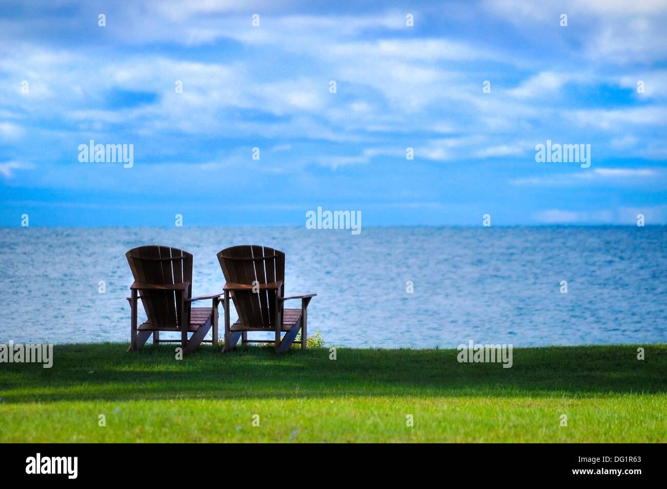 Dos sillas Adirondack en la orilla del Lago Ontario, Nueva York, EE.UU. Imagen De Stock