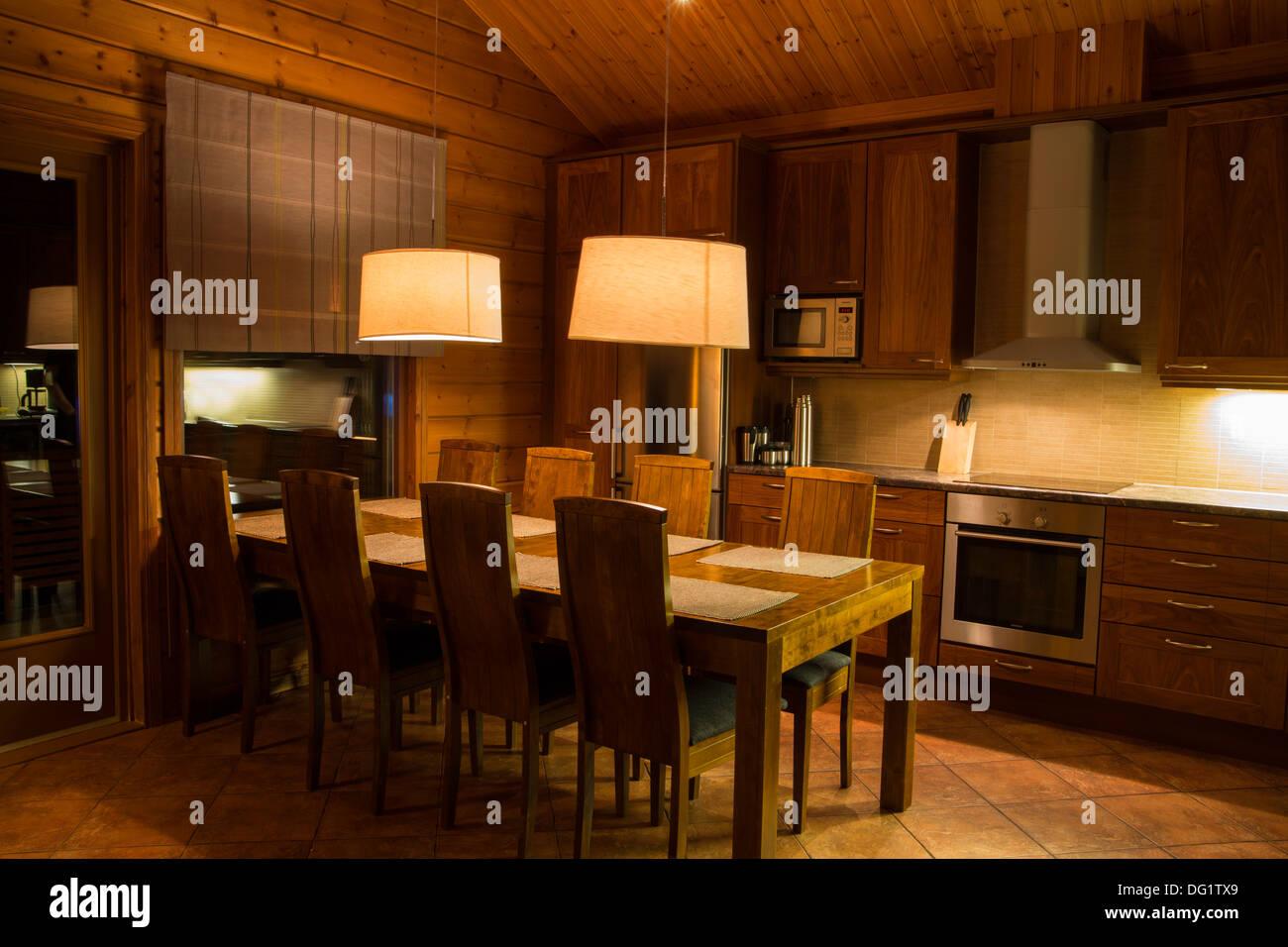 Casa de madera mesa y sillas cocina on line Foto & Imagen De ...