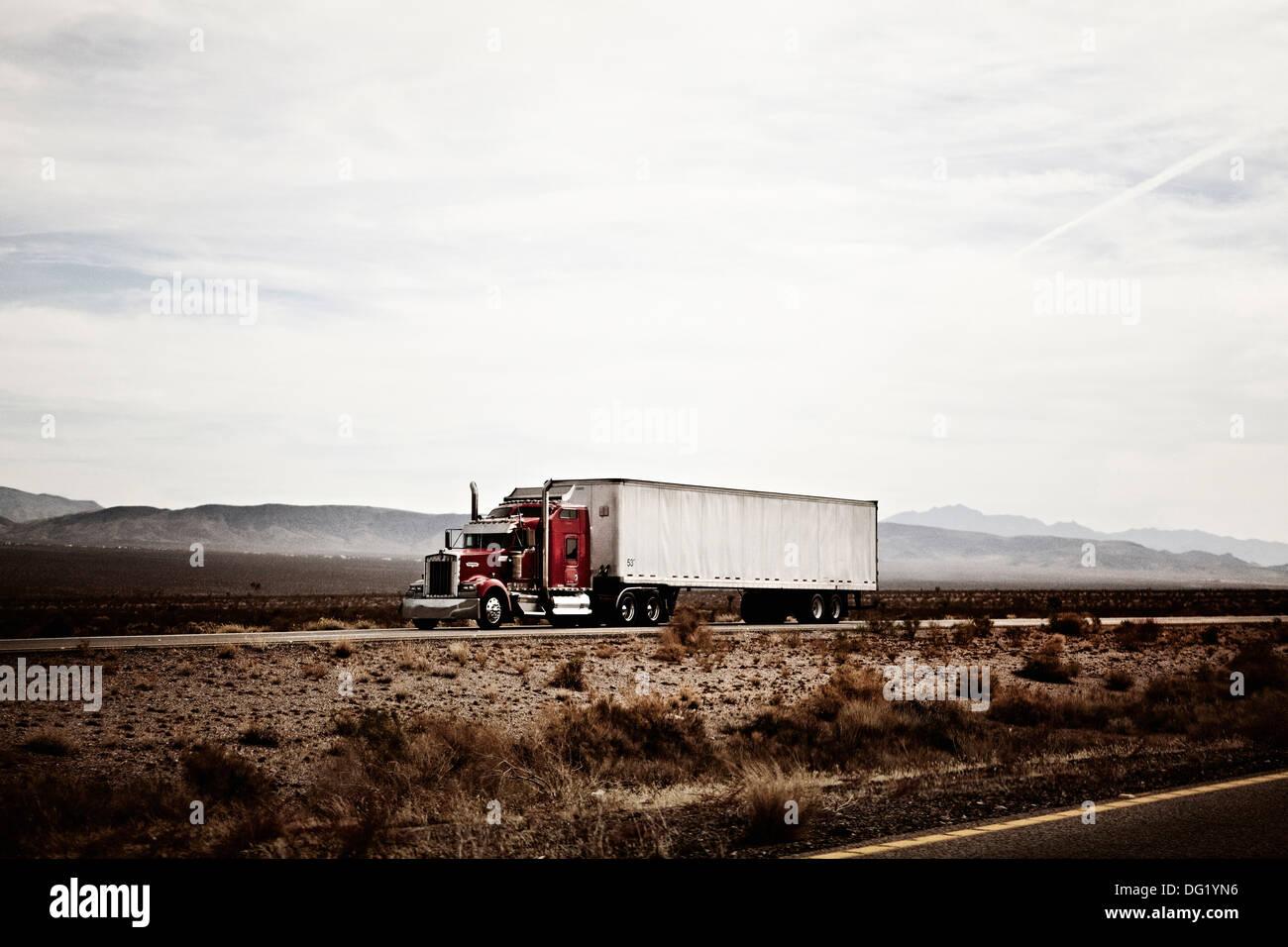 Camión de 18 ruedas en la carretera del desierto de Arizona, EE.UU. Imagen De Stock
