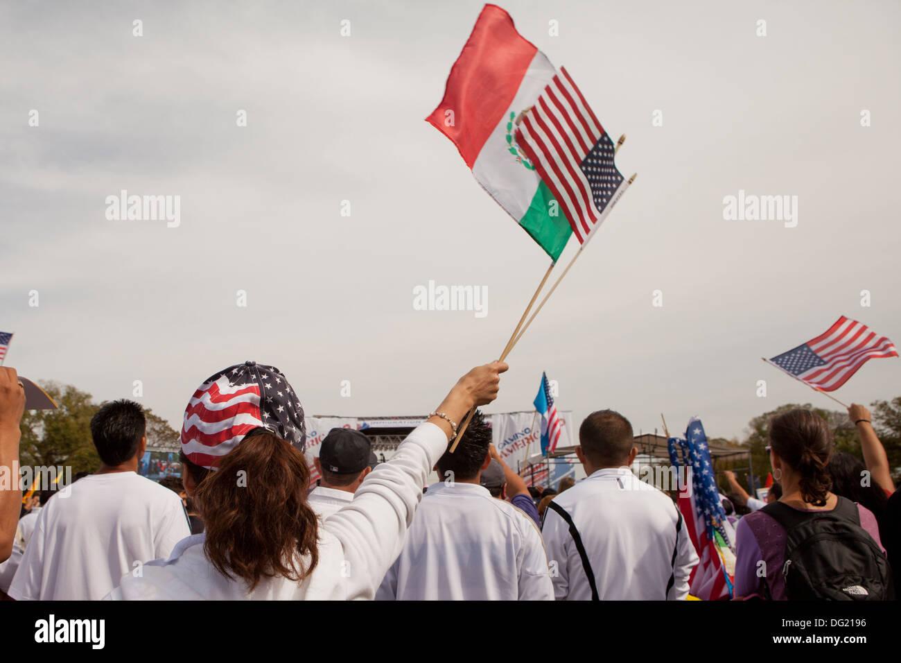 Mujer ondeando banderas estadounidenses y mexicanos en la reforma de inmigración rally - Washington, DC, EE.UU. Foto de stock