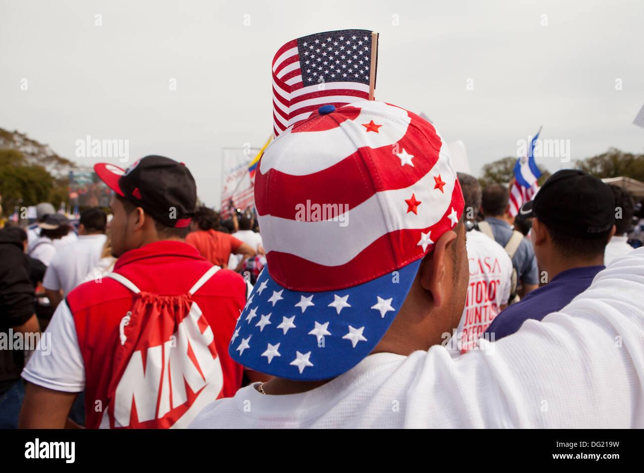 Hombre que llevaba una gorra de béisbol de diseño de la bandera americana en la reforma de inmigración rally - Washington, Foto de stock