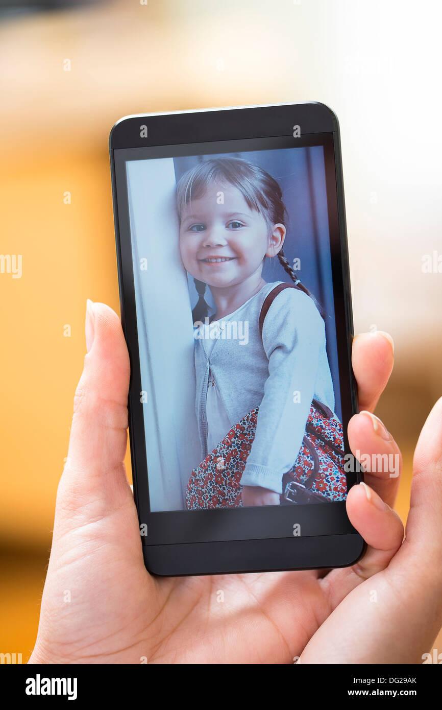 Mujer mirando la imagen en smartphone Imagen De Stock