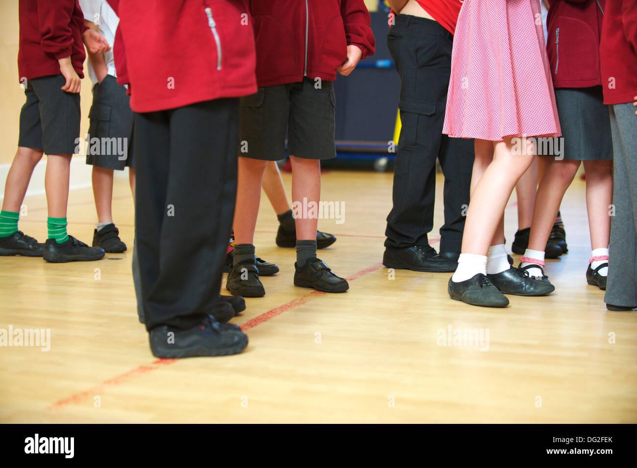 Un grupo de niños de escuela primaria en una asamblea en la pequeña escuela de inglés Imagen De Stock