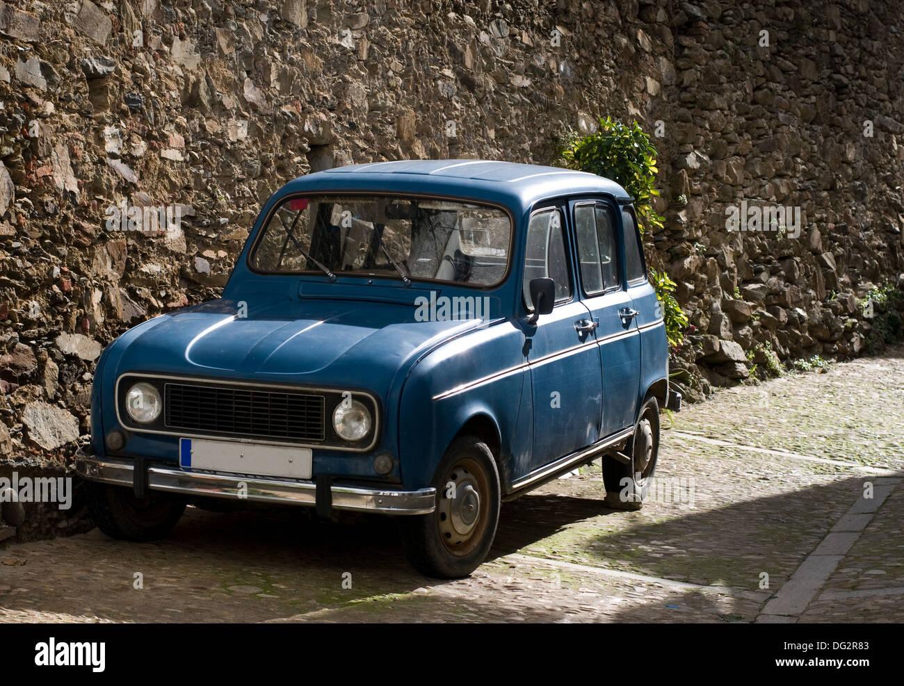 Antiguo coche azul en ambiente rural. Imagen De Stock