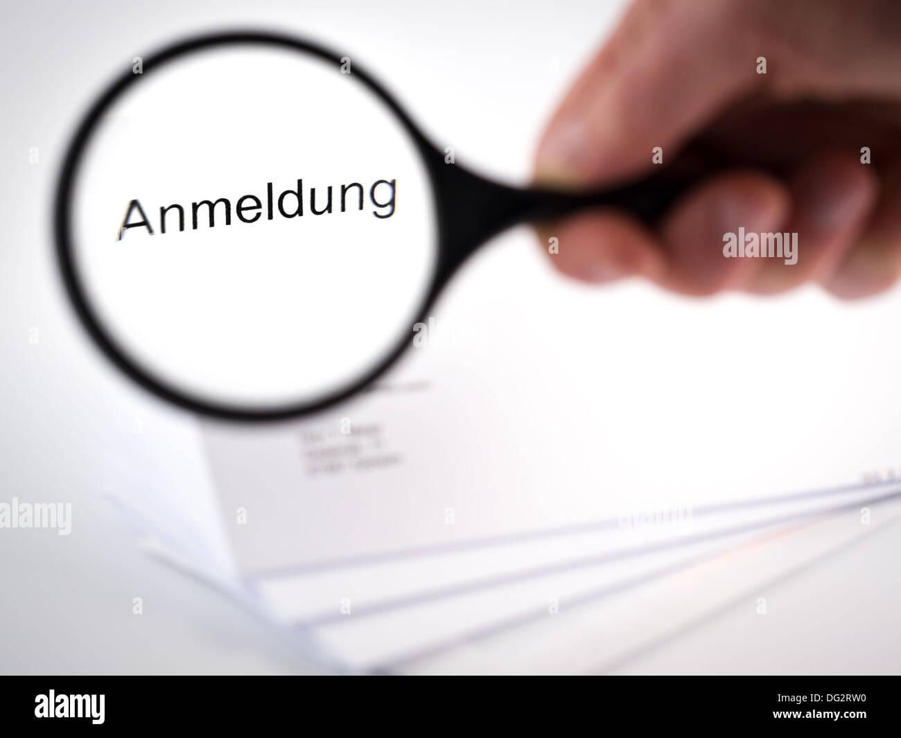 Carta con una aplicación mostrada por un vidrio de ampliación Imagen De Stock