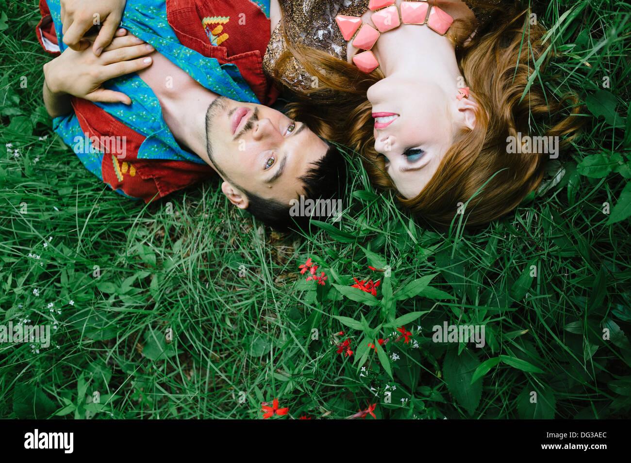 Par sentando en el campo de hierba, de cerca, un alto ángulo de visualización Imagen De Stock