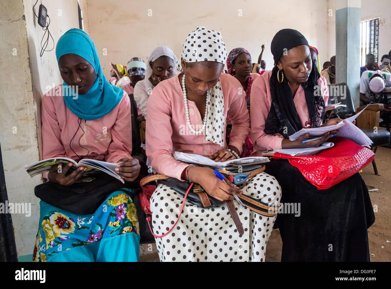 Senegal, Touba. Las mujeres jóvenes leyendo sus clases en el Instituto Al-Azhar de estudios islámicos. Foto de stock