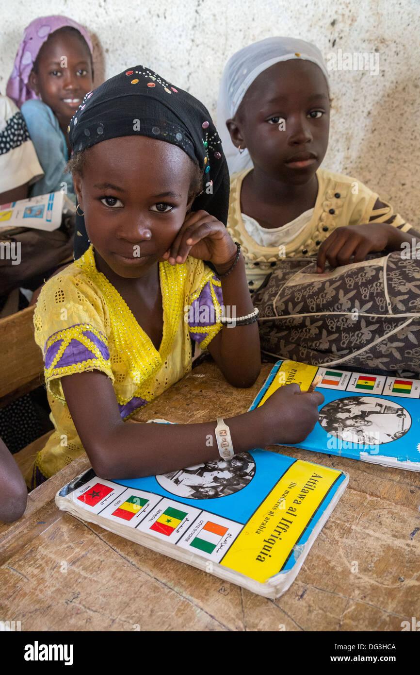 Senegal, Touba. Las niñas en Al-Azhar Madrasa, una Escuela de Estudios Islámicos. Imagen De Stock